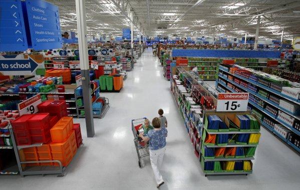 Um supermercado facilita o acesso à mercadoria que o cliente procura. O estoque está escondido, no armazém.